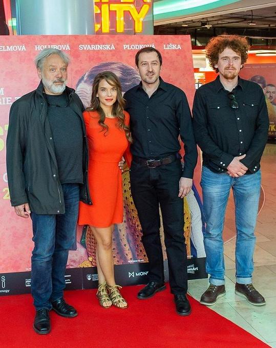 Na bratislavské premiéře se sešli také tvůrci i hlavní protagonisté Martin Hofmann (druhý zprava) a Kristína Svarinská.
