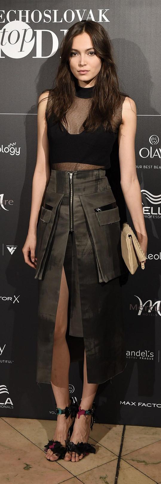 Díky postavě a kouzlu osobnosti si modelka Kateřina Vítová může s klidným svědomím dovolit i takto odvážně kombinovaný model od LaFormela.