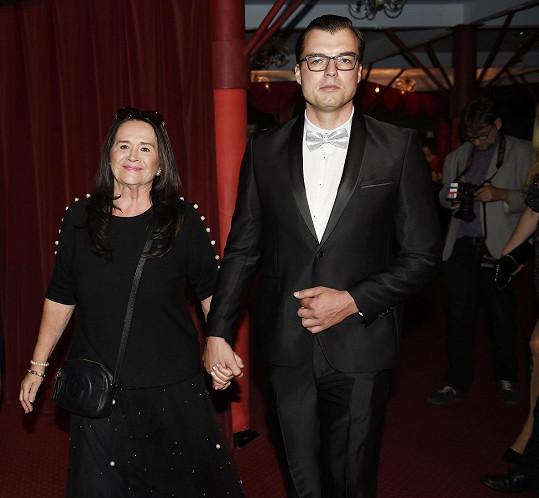 Dobře sladění a podle dress codu přišli Hana Gregorová a partnerem Ondřejem Koptíkem.