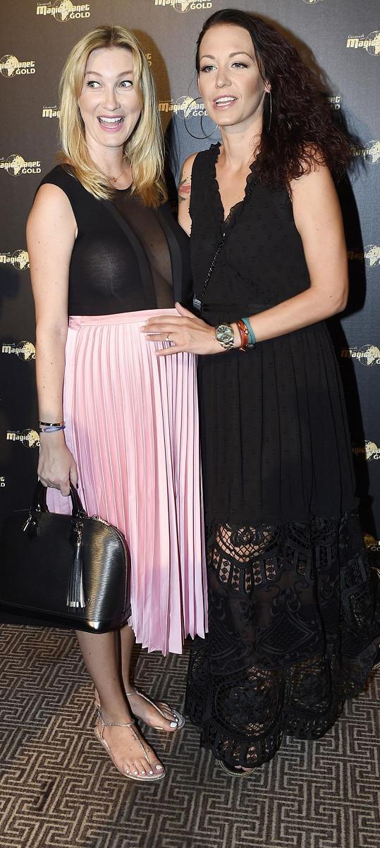 Agáta s Dominikou Mesarošovou na módní show. Agáta přehlídku organizovala, Dominika předváděla.
