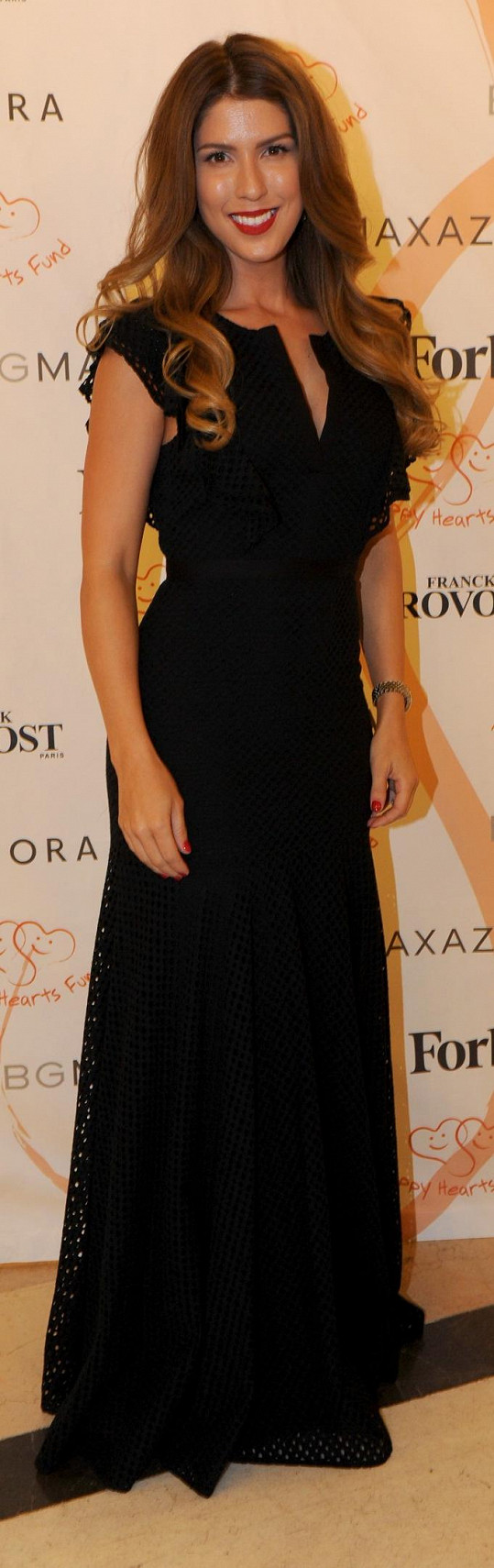 Zpěvačka Victoria moderovala první část charitativního večera v černém modelu od Bcbgmaxazria. Hlavní roli hrály její vlasy s měkkou vlnou.