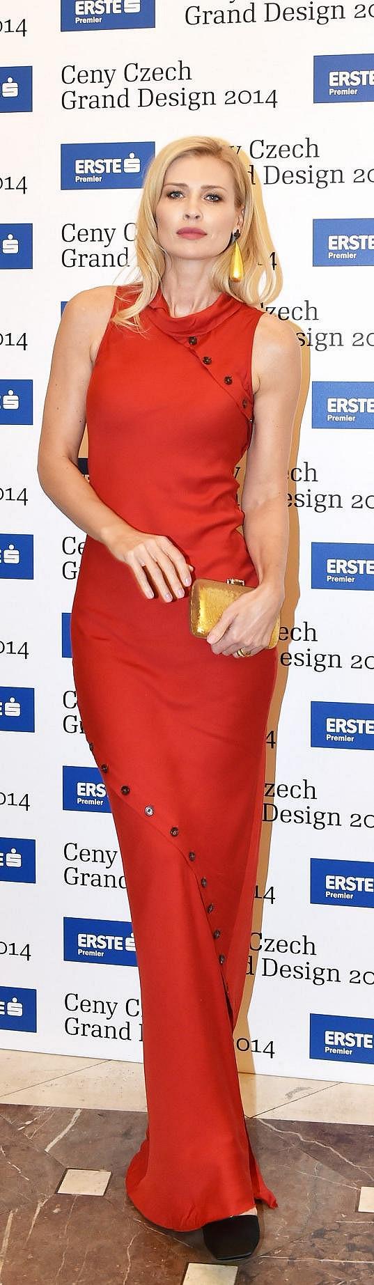 I blondýny mohou obléknout rudou barvu - je jen třeba zvolit správný odstín. Daniela Peštová model odvážně zkombinovala se zlatým psaníčkem a robustními visacími náušnicemi od designérky Nastassie Aleinikavy, která byla s těmito šperky navíc nominovaná.