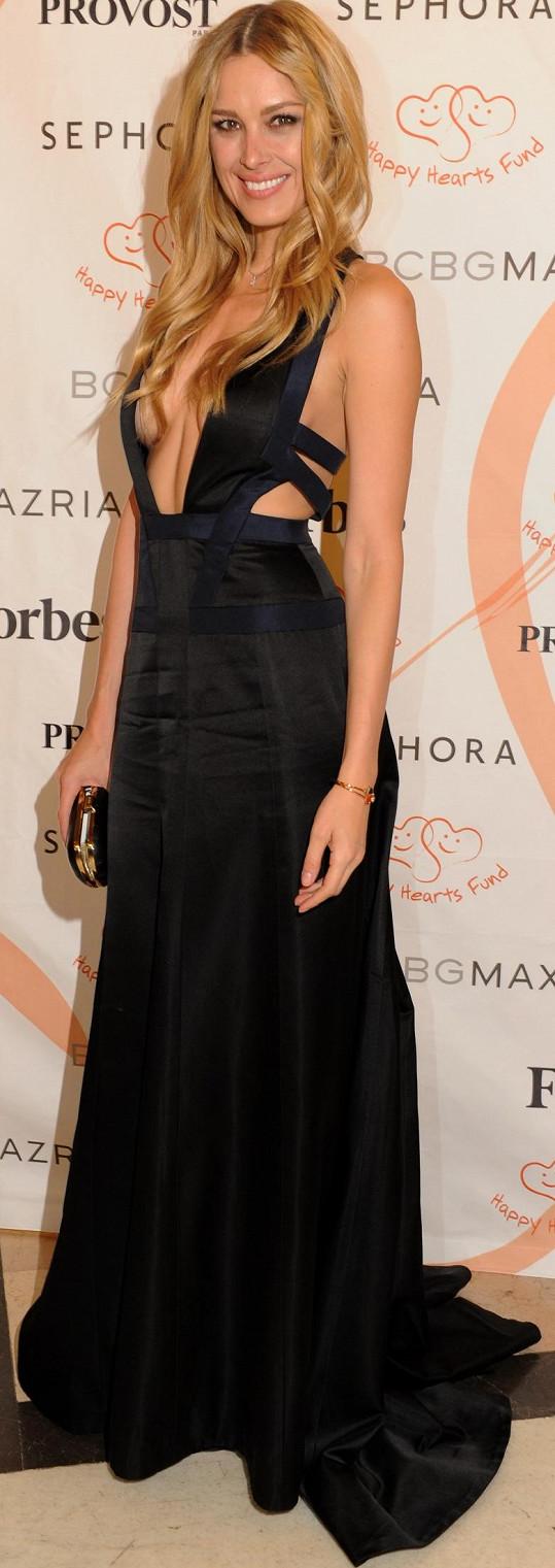 Nejodvážnější šaty večeře z módního domu Bcbgmaxazria oblékla právě Petra Němcová. Nejenže si to může se svou postavou dovolit, ale byla také hlavní aktérkou celé události, tak bylo přímo její povinností uchvacovat.