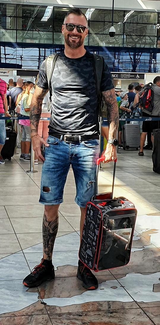 Odlet z Prahy. Je evidentní, že toto zavazadlo není Petrovo.