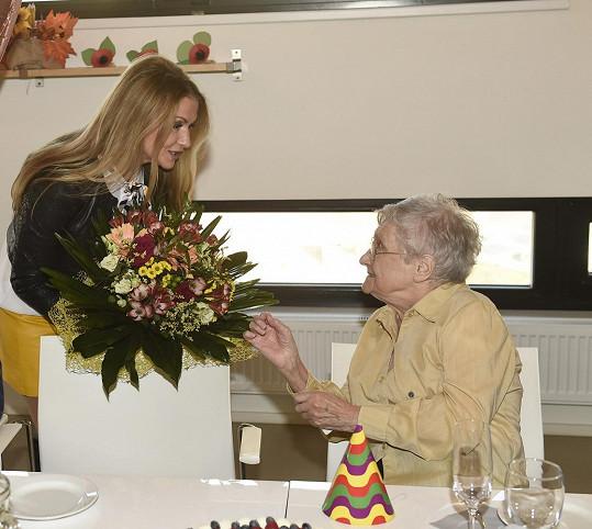Tentokrát dorazila popřát paní Eleonoře, která slavila sté narozeniny.