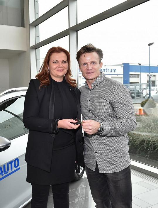 S kamarádkou Karolínou Topolovou, která mu při výběru auta pomáhala.