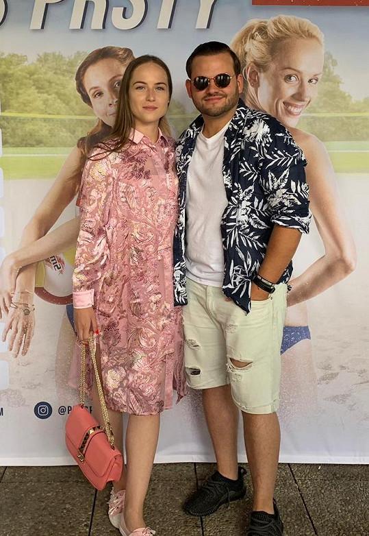 Se snoubenkou Simonou na představení filmu pro novináře