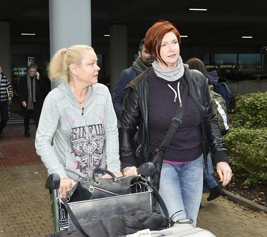 Dominika Gottová s doprovodem ihned zamířila k autu.