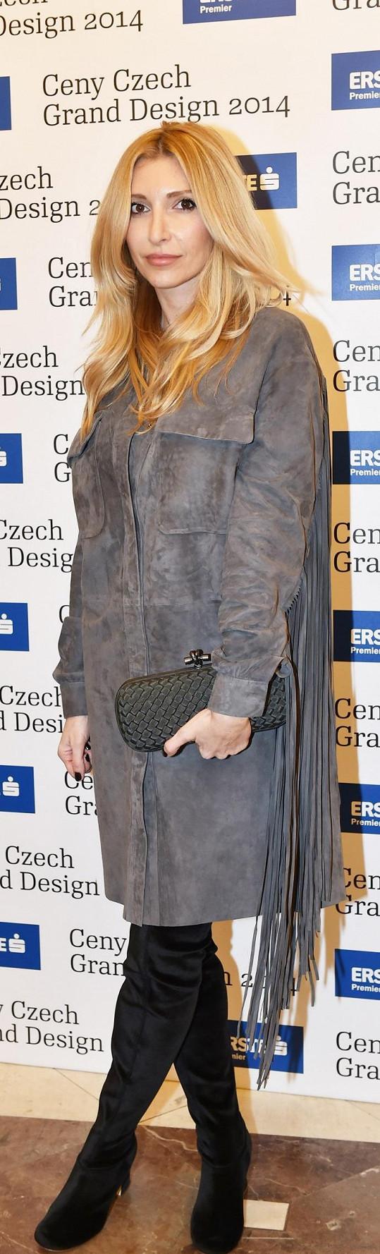 Návrhářka Ivana Mentlová, nominovaná na cenu návrháře roku, oblékla pro tuto příležitost šaty s třásněmi vlastní tvorby. Vzhledem k poranění nohy nemohla zvolit střevíce, ale nazula overknee kozačky Alberta Feretti. Vše doplňovalo bagetové maxi psaníčko Knot od Bottega Veneta.
