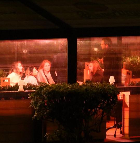 V začaté konverzaci pokračovali i s přáteli v restauraci.