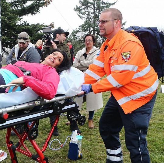Starali se o ni kolegové z Modrého kódu a pak se dostavili opravdoví záchranáři s nosítky.