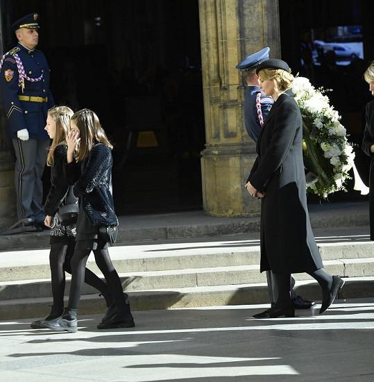 Vdova Ivana Gottová a dcery Charlotte Ella a Nelly Sofie odcházejí od katedrály.