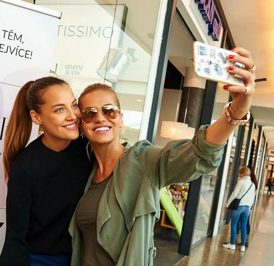 Dara s Kateřinou si udělaly selfie.