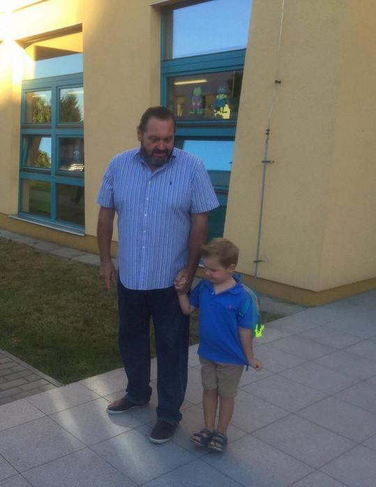 Tatínka se držel za ruku, jinak byl ale statečný.