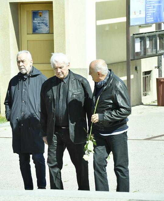 Rozloučit se přišli také (zleva) Pavel Rímský či Jiří Krampol.