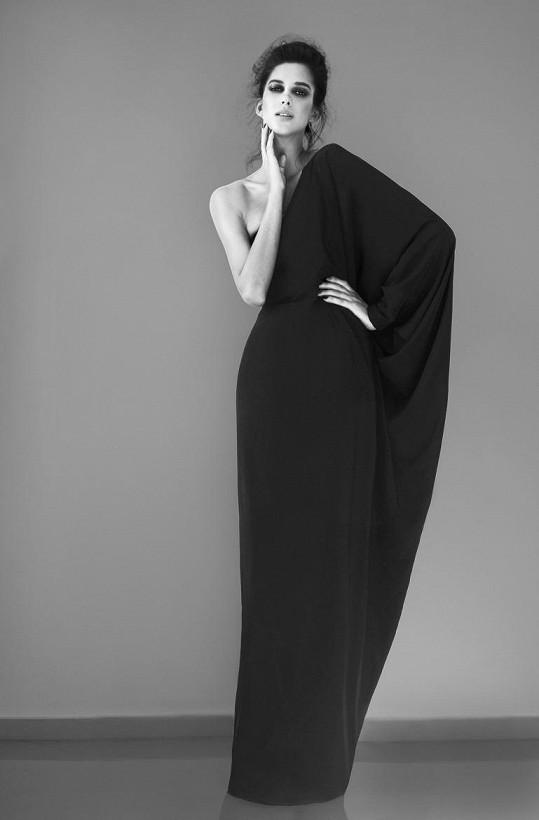 V jeho modelech se záměrně objevují jen (ne)barvy - černá a bílá.