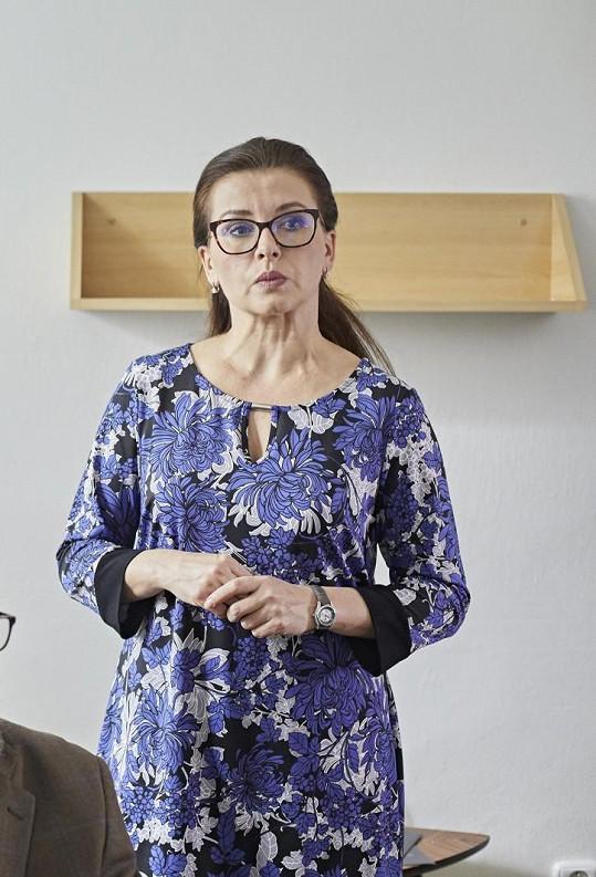 Role přísné ředitelky domova důchodců jí sedla.