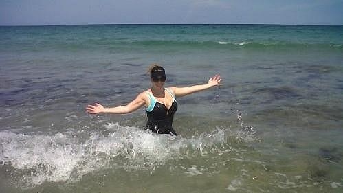 Mariah Carey v mořských vlnách.