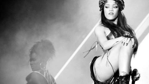Rihanna se pustila do Francouzů, zahrnula je nadávkami.