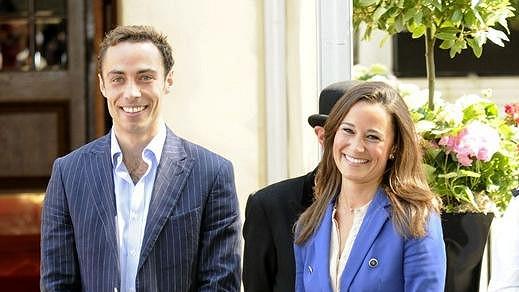 James a Pippa Middletonovi přidělávají svými dřívějšími skandálními fotografiemi královské rodině starosti.