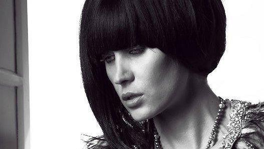 Kateřina Průšová k nepoznání: V černé paruce a odhalenými ňadry