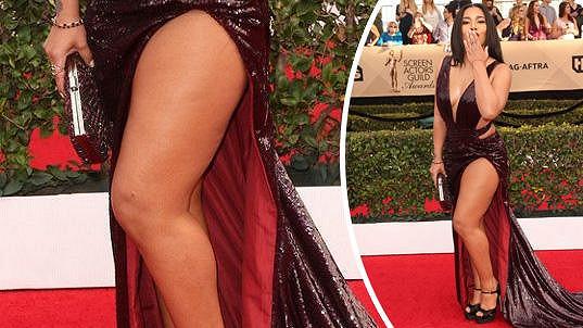 Jessica ukázala stehno.