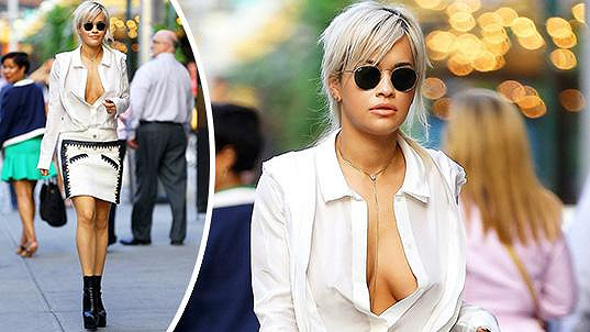 Rita Ora považuje podprsenky za naprostou zbytečnost.