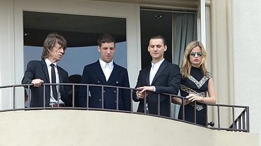 Mick Jagger čeká na obřad s dcerou Georgií a syny Gabrielem a Jamesem.