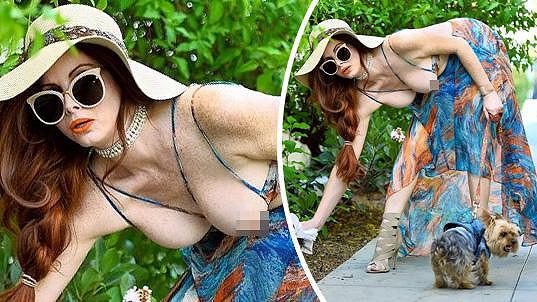 Phoebe Price ukazuje prsa i při venčení psa.