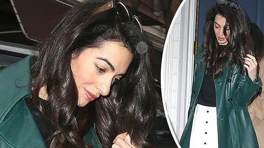 Amal Clooney pracuje a zároveň se stará o dvojčata.