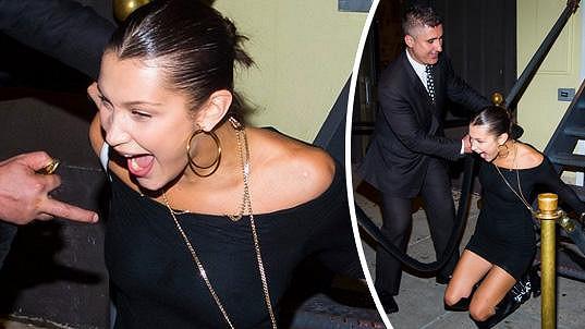 Bella Hadid spadla ze schodů před jedním z newyorských nočních klubů.