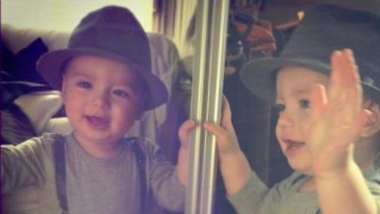 Malý Bruno se producíroval v klobouku.