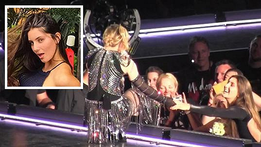 Madonna se zdraví s Josephine v Sydney.