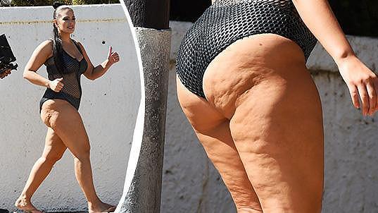 Ashley Graham ukázala v plavkách celulitidu.