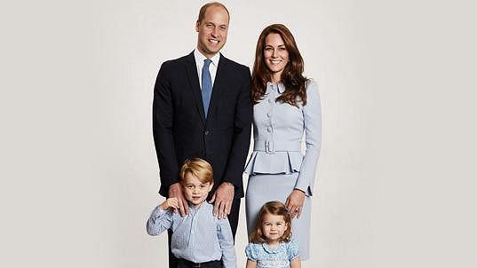 Vévoda a vévodkyně z Cambridge zveřejnili nový rodinný portrét.