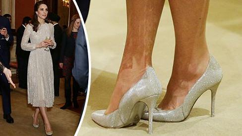 Vévodkyně Kate se dobře vyzná v trendech a i aktuálně módní lesk a třpyt dokáže nosit s noblesou...