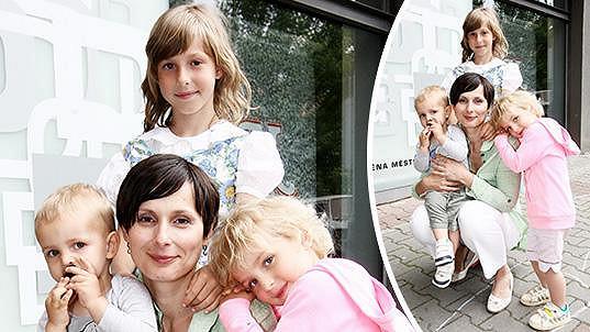 Zdeňka Žádníková-Volencová s trojicí ratolestí. Čtvrté dítko bylo ve škole.