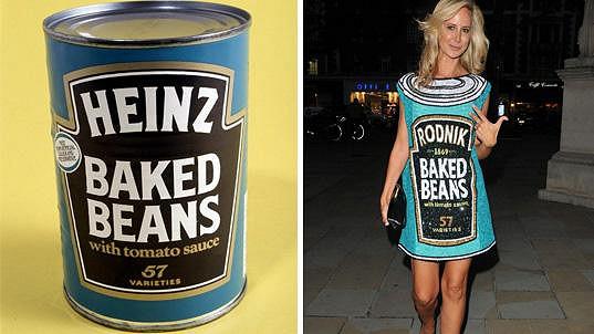 Šaty Lady Victorie Hervey byly inspirovány plechovkou pečených fazolí.