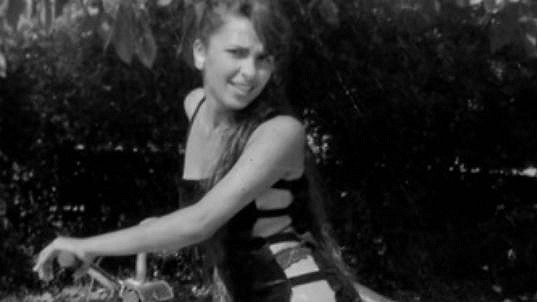 Kdo je ta dívenka na kole?