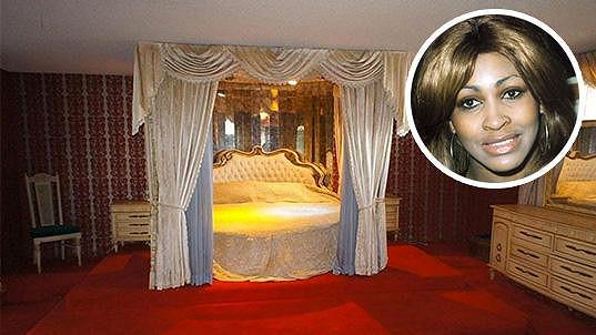 V této posteli, která je součástí prodeje, zřejmě uléhala samotná Tina Turner s Ikem...
