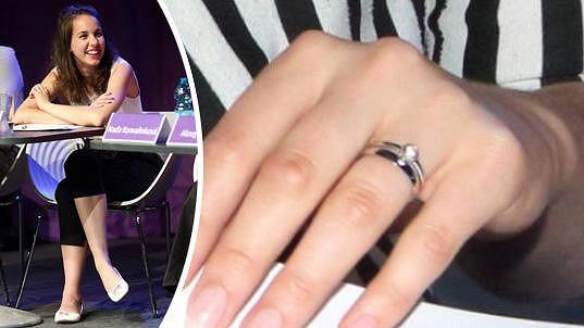Míša Doubravová, provdaná Tomešová, ukázala snubní prstýnek.