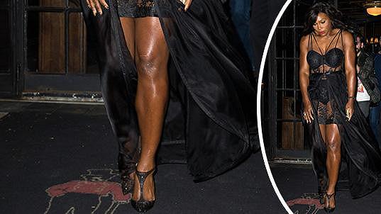 Serena Williams a její vyrýsované nohy hrály v černé róbě prim.