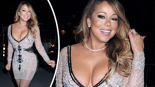 Mariah Carey oblékla šaty zdůrazňující její přednosti.