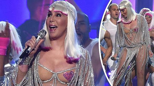 Cher zpívá hit Believe na Billboard Music Awards 2017 v Las Vegas, kde sama jednu cenu přebírala.