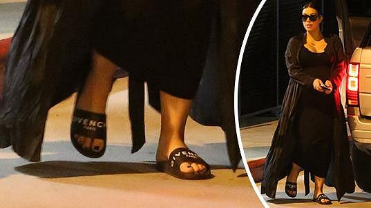Kim dokazuje, že i za obyčejné pantofle lze utratit majlant.