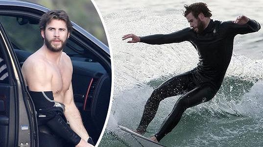 Liam ukázal své svalnaté tělo.