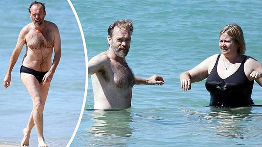 Hugo si užíval v moři s partnerkou Katrinou.