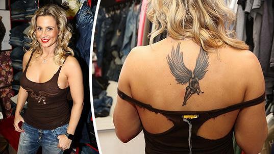 Monika předvedla nejen nové tetování.
