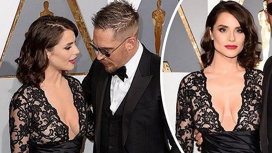 Tom Hardy měl oči jen pro dekolt své manželky.
