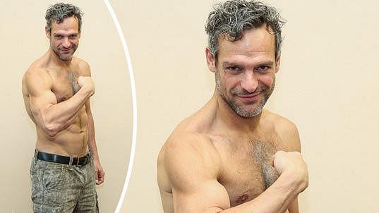 David Bowles ukáže své statné tělo.